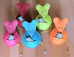 Leuke vilten muisjes met baby-muisjes.