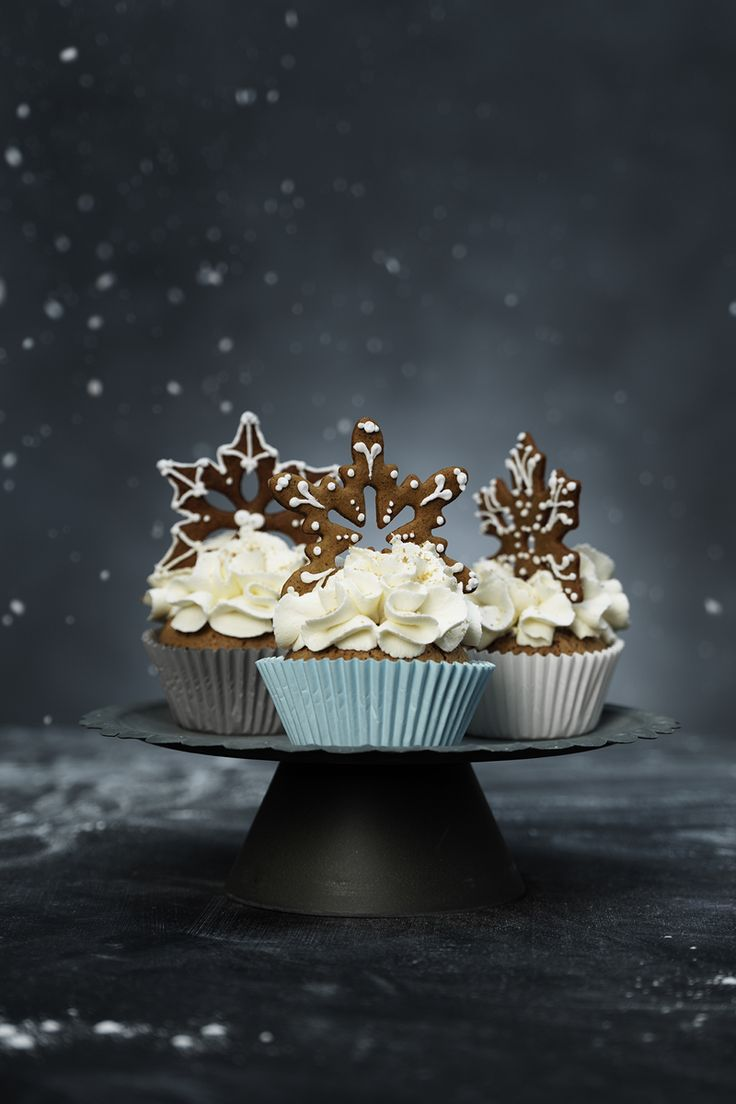 Christmas cupcakes with gingerbread snowflakes www.panduro.com Christmas Sweets by Panduro #christmas #decoration #DIY #sweets #scandinavian #nordic #gingerbread #cookies #pepparkakor