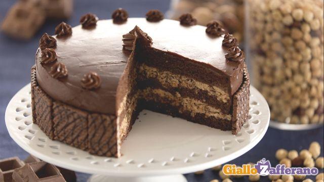 Torta con crema ai wafer alla nocciola. (Cake with hazelnut wafer cream).