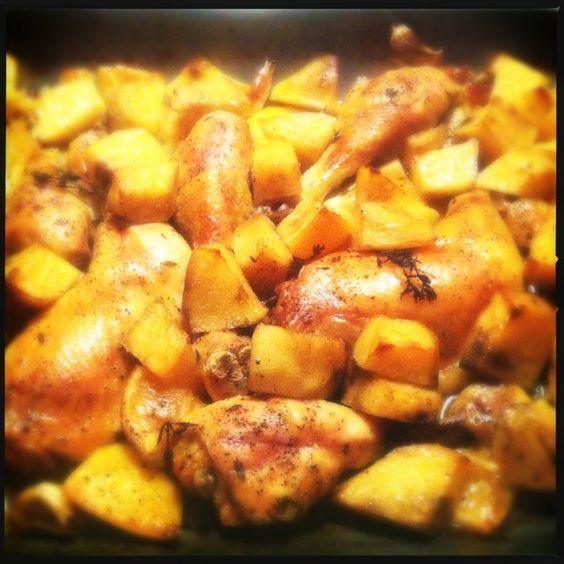 Kip uit de oven met citroen, knoflook en zoete aardappel | Francesca Kookt! Wat je nodig hebt voor 3-4 personen: 1 hele scharrelkip (in 10 stukken gehakt) of je neemt losse kippenpoten en -bouten, 500gr zoete aardappel, 2 (biologische) citroenen, 1 bol knoflook, 5 takjes tijm, 150ml droge witte wijn, 4 eetlepels olijfolie extra vergine, versgemalen zwarte peper