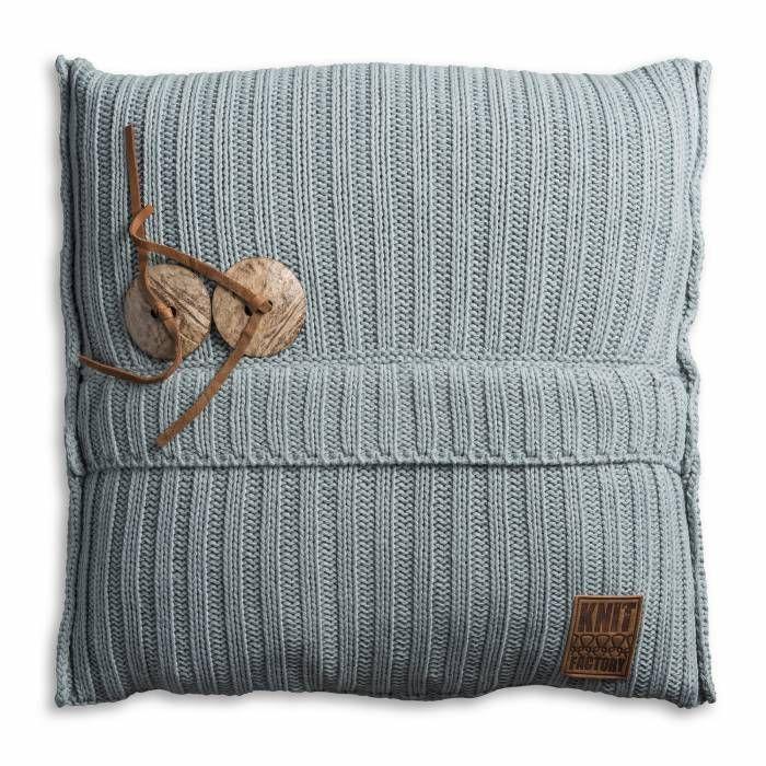 Aran Kussen 50x50 Stone Green  Description: Je hebt nooit genoeg kussens in huis! Dit Kussen Aran van Knit Factory is een uitstekende toevoeging aan je moderne interieur. Deze combinatie van breiwerk en 100 % hoogwaardig katoen voelt heerlijk zacht aan. Dit kussen met een afmeting van 50 bij 50 cm is uitgevoerd in een neutrale kleur en is hierdoor gemakkelijk te combineren met andere sierkussens of een leuke plaid. Leg het op de bank een loungestoel of op het bed en creëer een knusse sfeer…