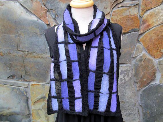 8 x 72 inch (20 x 183 cm) Een gebrandschilderd glaseffect wordt gevormd door kleur strips in het samenvoegen van tinten van hand geverfd turquoise en aqua merinoswol, die zijn nat vilten op zwarte zijde chiffon. Deze prachtige sjaal heeft zwart design accenten en Kanta. De zwarte zijde is gebobbeld waar er geen wol. De achterkant van de sjaal is de zwarte zijden stof, gebobbeld en weergegeven: textuur waar de wol en zijde zijn gekrompen en gebonden in de nuno vilten proces. Nuno vilten is…