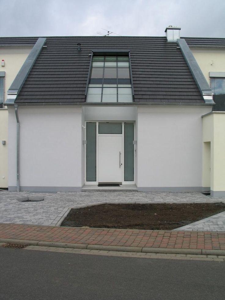 Puerta de calle de pvc veka en color blanco y l neas for Puertas calle pvc precios
