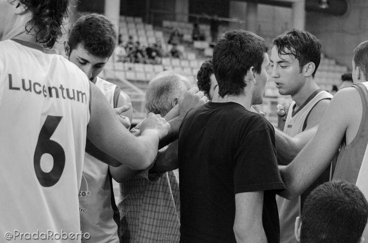 """Mensaje de unidad con el bocinazo final. """"Aprender es un proceso"""", dijo Martorell, """"tenemos que ir de menos a más. Si la gente viene a vernos, se lo pasará bien con un baloncesto vistoso practicado por gente joven"""". Es una apuesta y un reto. Anotadores del #UALucentum: Ortín (0), González (9), Blanes (8), Vallés (6), Remón (6) -quinteto-; Valls (0), Klikna (2), Serneguet (2), Astilleros (8), Jordá (5), Caro (0), Garrigós (0). #baloncesto #basket #LigaValenciana #EBA #Lucentum #BasquetGandia"""