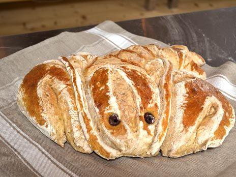 Baka ett gott bröd till kräftorna. Prova gärna att forma degen till en gullig kräfta med oliver till ögon!