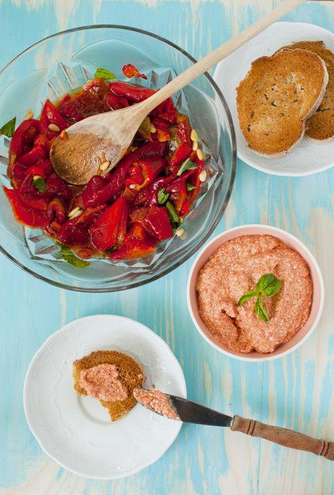 Salata de ardei kapia, busuioc si muguri de pin
