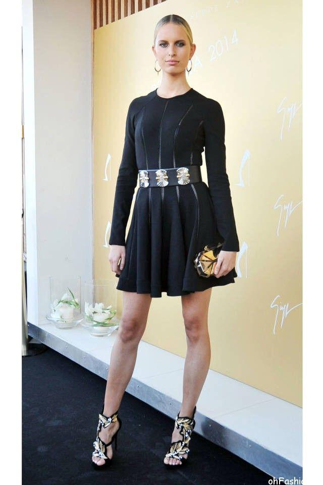 Каролина Куркова в черном, коротком платье с золотистыми аксессуарами