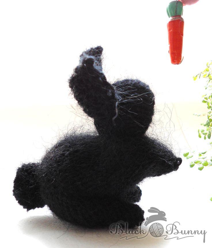 Кролик просит вкусняшку вязаный кролик, кролик ручной работы, чёрный кролик, пушистый кролик, кролик с морковкой
