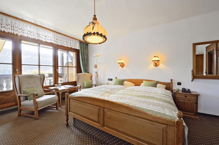 Hotel Alemannenhof is een fraai viersterrenhotel gelegen direct aan de veelzijdige Titisee in het Zwarte Woud. In het hotel is een overdekt zwembad en een wellnesscentrum. Het strand van de Titisee is op loopafstand. Hotel Alemannenhof biedt de Hochschwarzwald Card gratis aan bij aankomst. Met deze kaart kun je o.a. gratis gebruik maken van diverse skiliften en krijg je korting op of gratis toegang tot meer dan 50 bezienswaardigheden.  Officiële categorie ****