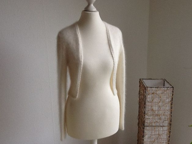 Dieser Brautbolero wird aus deutscher oder italienischer Angorawolle gestrickt, je nach Farbwunsch. Die Jacke hat Vorderteile, die vom Halsansatz senkrecht nach unten verlaufen, sodass der...