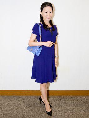 鮮やかなブルーが印象的。上品なタイプのミセス系コーデ。スタイル・ファッションの参考に♪
