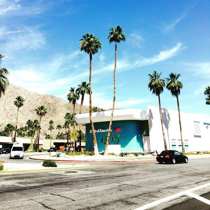 C'était il y a un an ... Découvrir Palm Springs après avoir vu le film très esthétique, le Lauréat et le travail de Robert Doisneau.  #palmsprings #california #californie #desert #palmier #palmtrees #sun #sky #fashion #instafashion #lelaureat #thegraduate #mrsrobinson #mikenichols #dustinhoffman #theverygoodlife #goodlife #robertdoisneau #photography #holliwood  #design #annees60 #modernisme #bauhaus