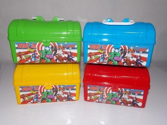 Maletinha Baú de Plástico  http://www.elo7.com.br/maleta-bau-de-plastico-os-vingadores/dp/391334