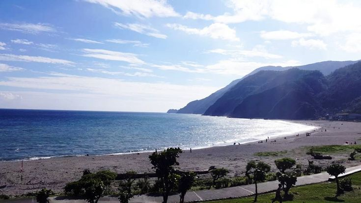 [#yilan #honeymoonbay #宜兰 #情人湾] Also in Yilan, honeymoonbay for all! This place is surrounded by cliffs, cafes and sea. Come here for the Sun, Sand and Sea! We went there mainly for windsurfing, but couldn't find anywhere to rent the equipment, or we just simply missed it. The only place we knew that cater windsurfing activities is closed that time we went ��. But it's still a good place to chill out, have a cuppa juice and enjoy the sun.  #iseetaiwan #amazingtaiwan #taiwan1 #taiwan����…