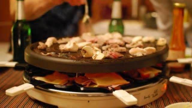 Cuisine. Huit recettes originales à base de fromage Ingrédients (pour 4 personnes) : 4 pommes de terre cuites, 6 tranches de fromage à raclette, 2 œufs, de la farine, de la chapelure, de l'huile pour friture, du sel et du piment d'Espelette. La recette : 1. Écrasez les pommes de terre (cuites à ...