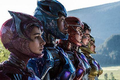 В «Могучих рейнджерах» покажут первую в истории кино супергероиню-лесбиянку http://mnogomerie.ru/2017/03/21/v-mogychih-reindjerah-pokajyt-pervyu-v-istorii-kino-sypergeroinu-lesbiianky/  В супергеройском боевике «Могучие рейнджеры» (Power Rangers), полнометражном ремейке одноименного телесериала, появится гомосексуальный персонаж — им станет девушка Трини, рейнджер в желтом костюме. Об этом сообщает NME. Трини, которую играет актриса Бекки Джи (сериал «Империя»), будет первым в истории кино…