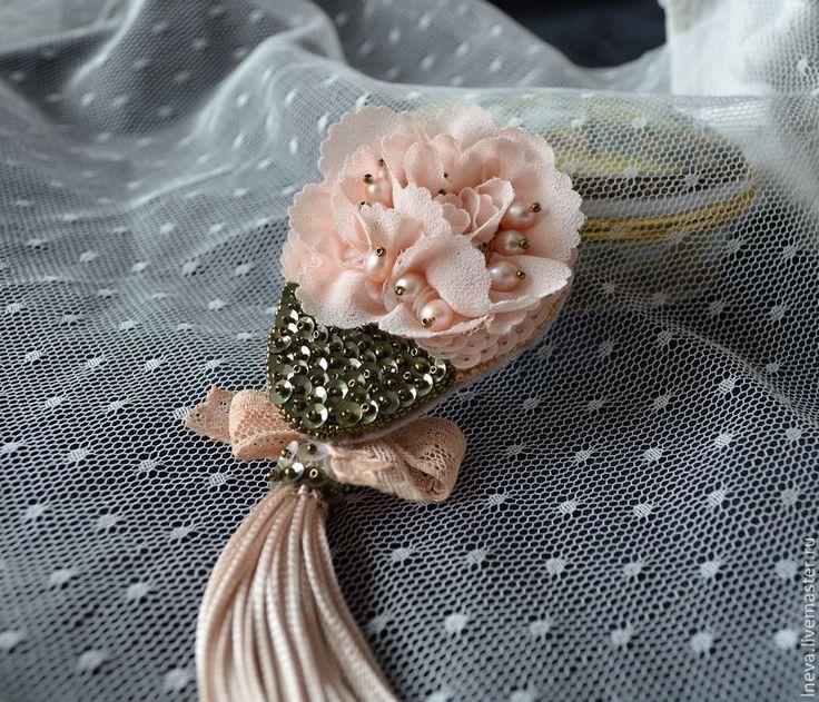 """Купить Брошь """" Цветок"""" - бежевый, пайетки, речной жемчуг, пресноводный жемчуг, японский бисер"""