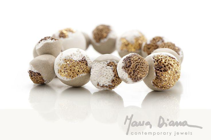 maria diana, bracciale perle, 2013  (porcelain, stoneware, gold) ph federica cioccoloni