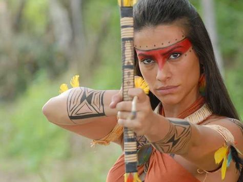 A fantasia de índio é uma das mais fáceis de fazer, pois pode ser feita em casa.