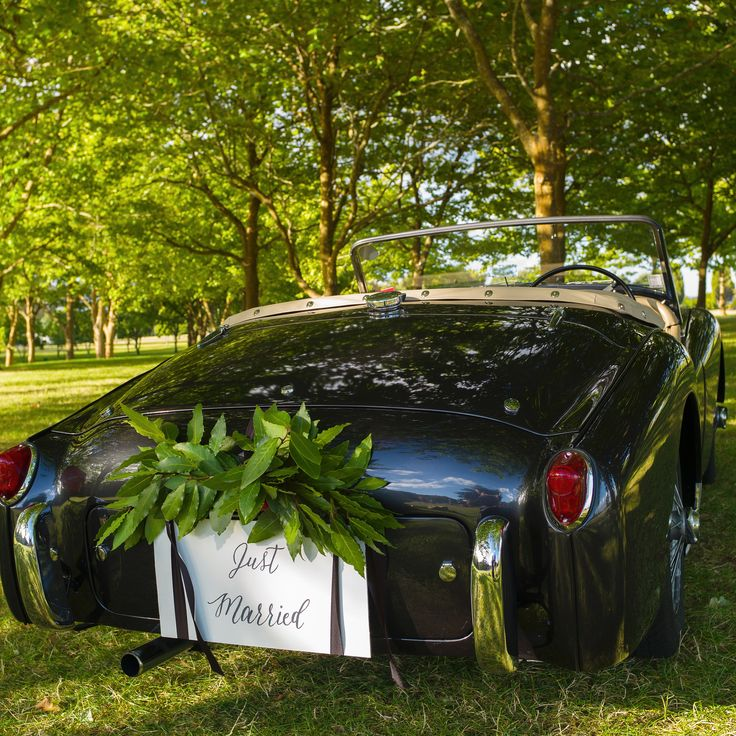 A classic car with a classic calligraphy just married sign
