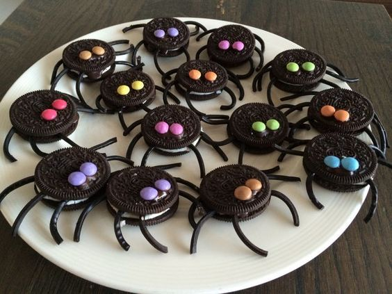 awesome Leuke traktatie: Oreo-spinnen met dropveter poten en mini smarties als ogen. Koe...