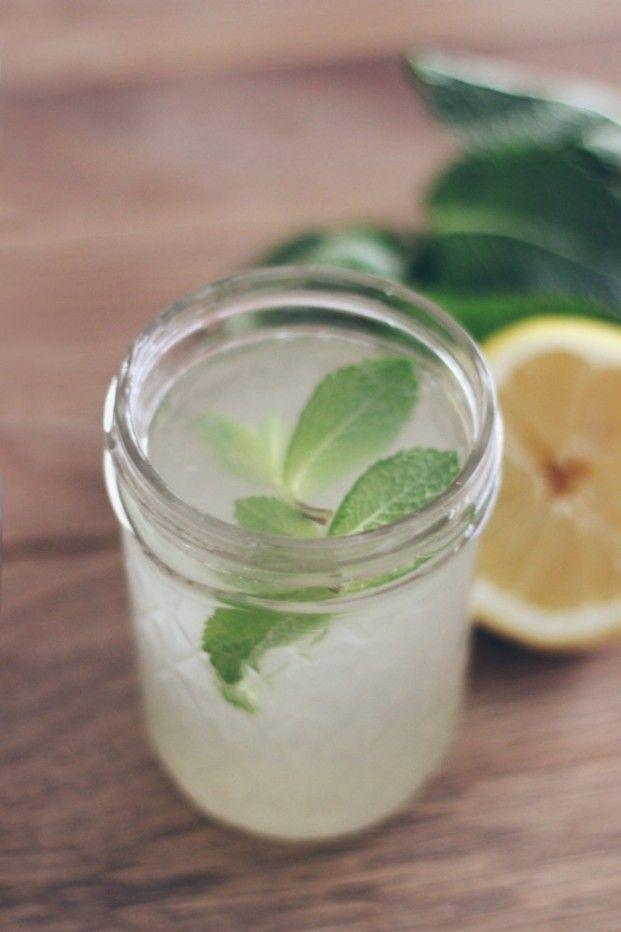 Citronnade maison -6 citrons bio non traités, 2 litres d'eau, 50g de sucre semoule, quelques brins de menthe fraîches. Faire bouillir l'eau et ajouter 2 citrons coupés en grosses rondelles, infuser jusqu'à complet refroidissement. Presser le jus des 4 citrons restants. Ajoutez à l'eau citronnée refroidie et le sucre semoule, verser celui-ci au fur et à mesure, goûter, et adapter selon le goût. Mélanger, placer au frais et server avec plein de glaçons et quelques feuilles de menthe.
