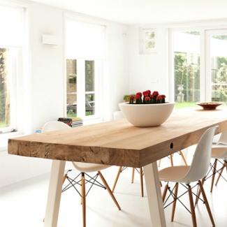 Robuuste eiken balken tafel met een metalen onderstel. Voor meer informatie: info@jolandaknook.nl