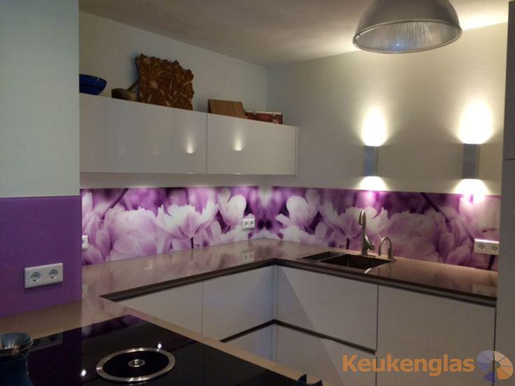 Glazen keuken achterwand met wit lila bloem in Helmond - Keukenglas