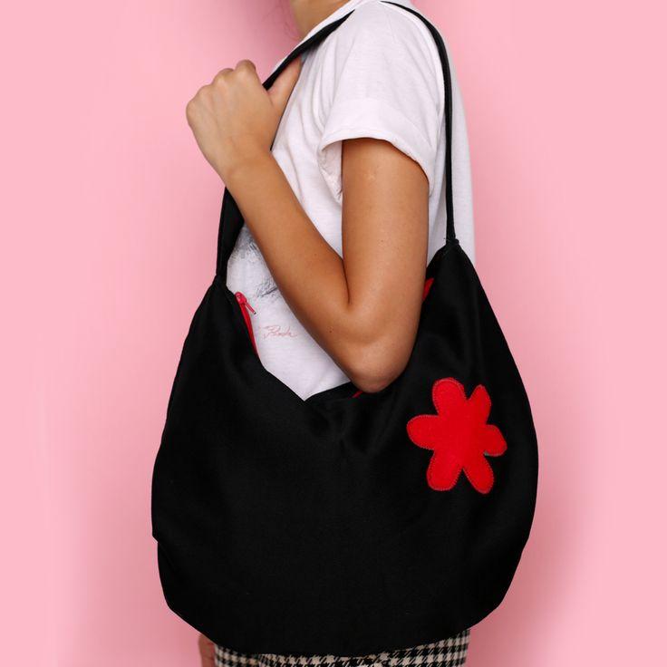 Geantă din material textil de culoare neagră cu floare roșie
