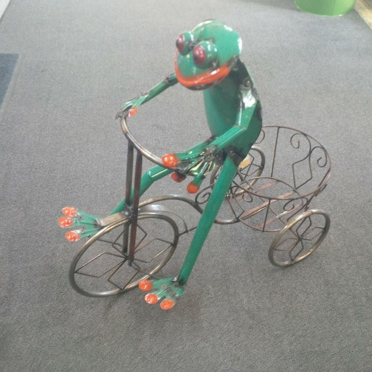 We have some really cool new welded garden art. They really fun pieces. Here is the frog...