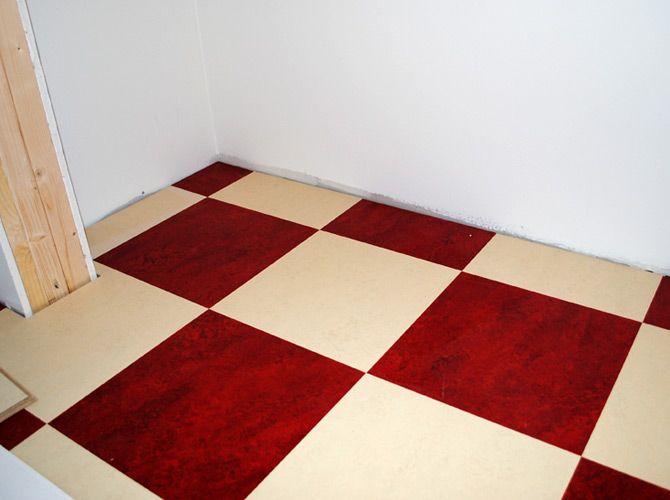 Rutigt golv har vi i hall och kök. Linoleumplattor från Forbo, Marmoleum Click i rött (Bleeckerstreet) och vitt/beige (Barbados)
