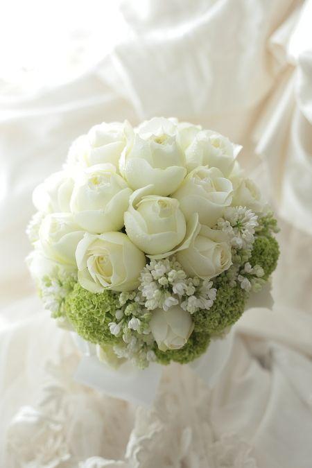 カップ咲きの丸いバラ、ブルゴーニュとライラックの白とビバーナムスノーボール。白と淡い緑のラウンドブーケです。この挙式ブーケのほかに、どうしても諦めきれなく...