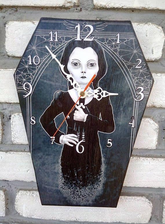 Reloj-ataud de pared Miércoles Addams. Reloj con forma de