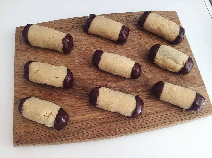 Træstammer/ Trøffeldejen: • 12 dadler • 50 g havregryn • 2 spsk kakao • 2 tsk peanutbutter • 1 scoop chokolade proteinpulver (kan undlades). • 2 tsk Rom essens • Lidt vand....  marcipanen: • 50 g affedet mandelmel • 3 spsk zero Melis • æggehvide (1-1,5 hvide)...  Enderne • 50 g 80% chokolade