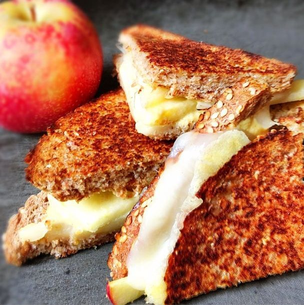 Grilled Cheese Sandwich with Apples and Farmer's Cheese | thelemonbowl.com | #grilledcheese #apples #lunch