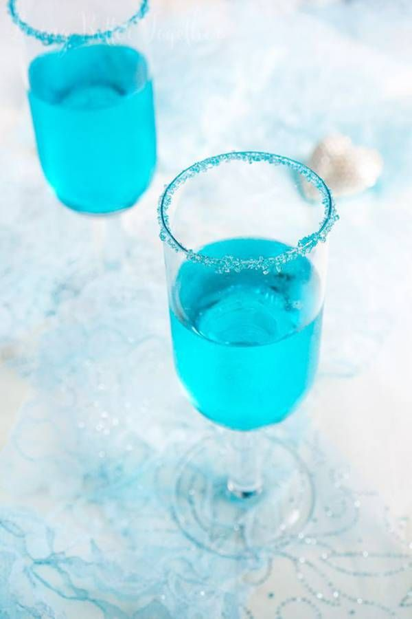 Cocktail bleu au champagne spécial Euro de foot pour supporter les Bleus. Le bon mix : champagne brut + liqueur bleue de framboise