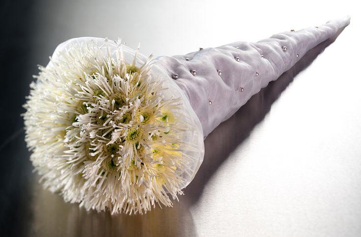 Chrysant (spider) op een bijzondere manier verwerkt tot boeket.