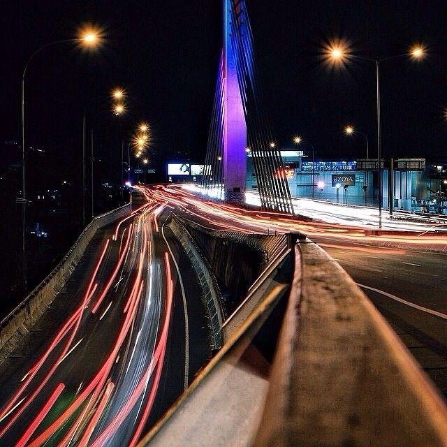 buat semua yang lagi di luar Bandung #RinduBandung g? nih ada foto dari @erlanggadimass taken at Pasupati Flyover -------- Jalan layang (flyover) Pasupati merupakan nama jalan layang di daerah Bandung. Nama Pasupati ini pengganti dari nama sebelumnya Paspati yang dalam artian Sunda pas mati. Pasupati merupakan singkatan dari Jalan Pasteur dan Jalan Surapati. Jalan layang Pasupati secara historis sudah terancang oleh arsitek Ir. Karsten. Arsitek wilayah ini pada tahun 1920-an sudah menyimpan…