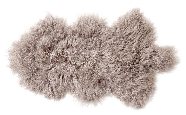 Mjuk och gosig lammskinnsfäll som blir en dekorativ detalj i soffan eller hängandes över en stolsrygg.