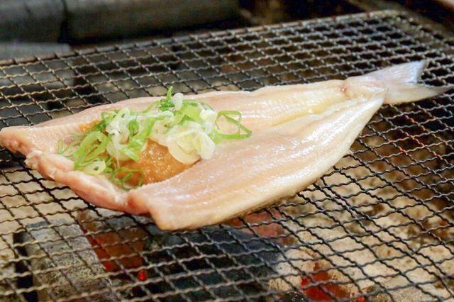 お店のウリのホッケのちゃんちゃん焼きはネギと味噌を乗せて。