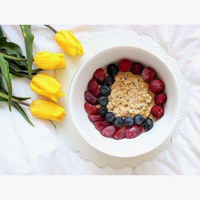 Pyszne niedzielne śniadanie: owsianka (od @kupiec_pl ) z wiśniami, borówkami i winogronami 😋 Jak miło zacząć piękny słoneczny dzień 😊☀️ ---> Zapraszam na moją stronę na fb https://m.facebook.com/eatdrinklooklove/ ❤ . .  Delicious sunday breakfast: oatmeal with cherries, cranberries and grapes 😋 How nice to start a beautiful sunny day 😊☀️---> I invite you to my page on fb https://m.facebook.com/eatdrinklooklove/ ❤ . .