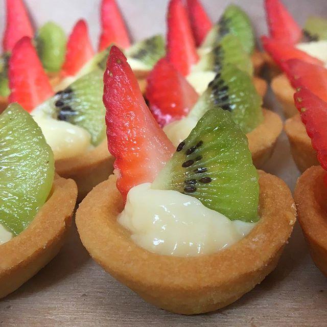 ⛵️MINIS DE FRESA 🍓Y KIWI 🥝RELLENAS DE SUAVE CREMA PASTELERA!!  #fresas #kiwi #funsize #bitesize #minitarts #catering #pasteleria #cremapastelera #tarde #cafe #onces #postre #cinquepasteleria #delicia #wow #bogota #bogotafoodie #yummy #te