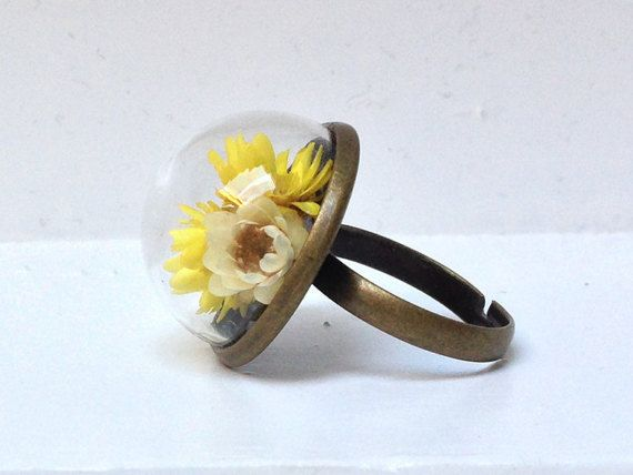 Anello regolabile con fiori secchi gialli sotto di LittleBitBijoux