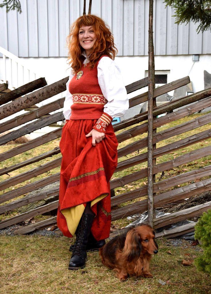 En annen form for festdrakt. Elise vest, med damaskskjørt.
