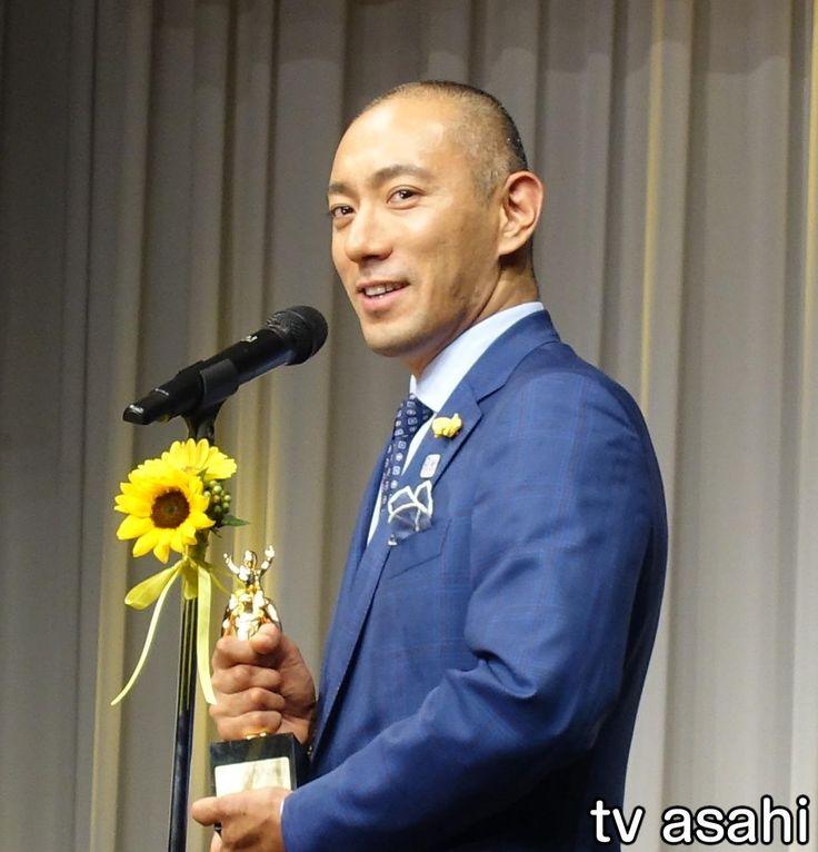 """歌舞伎俳優の市川海老蔵(39)が「第36回ベスト・ファーザー イエローリボン賞」を受賞し、7日、都内で行われた授賞式に出席した。 """"最も素敵な父親""""に贈られる賞で、海老蔵は学術・文化部門で受賞。まだ家族には受賞の報告をしておらず、帰宅後に「『獲っちゃった』って言う」とニンマリ。 妻でフリーアナウンサ… / 海老蔵、在宅医療は「緊張感がある」 #在宅医療 #市川海老蔵 #小林麻央"""