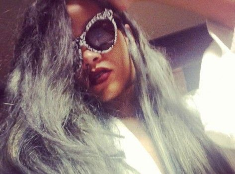 Rihanna a des cheveux gris !