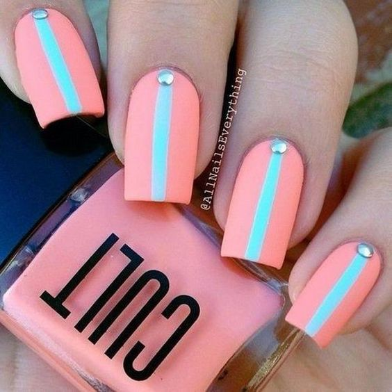 Uñas color rosa con raya azul