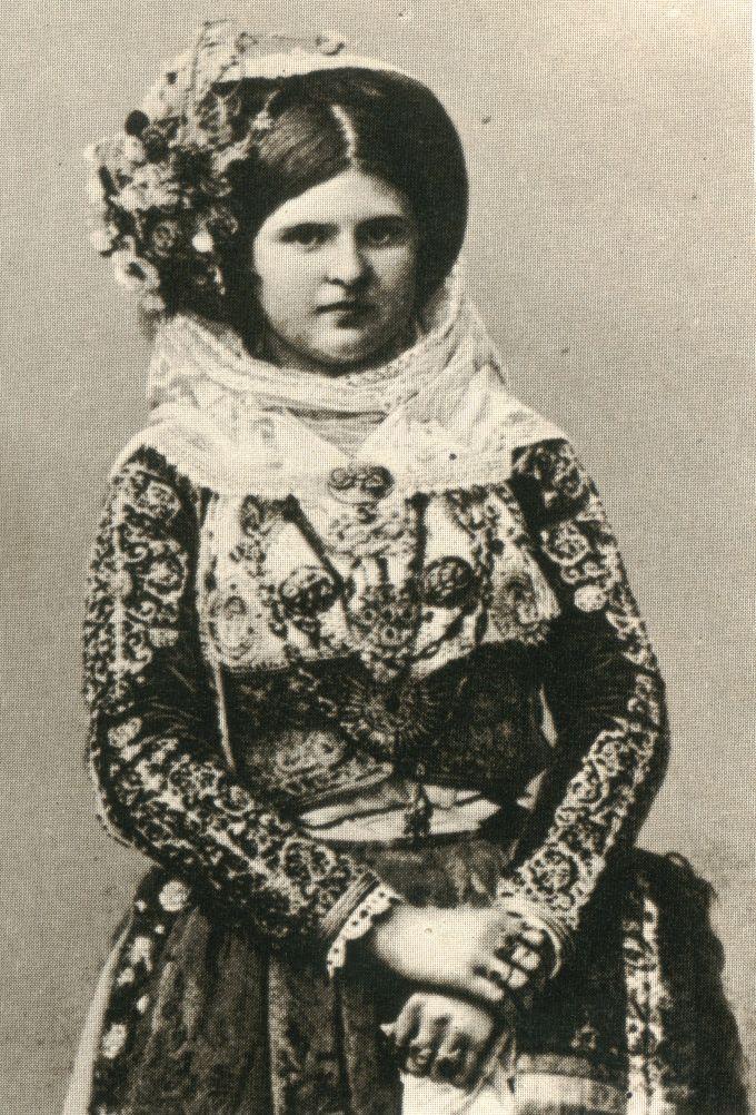 Γυναίκα από την Κέρκυρα. Επιστολικό δελτάριο, αρχές 20ου αι. Συλλογή Πελοποννησιακού Λαογραφικού Ιδρύματος. Woman from Corfu. Card postal, early 20th c. Collection Peloponnesian Folklore Foundation, Nafplion