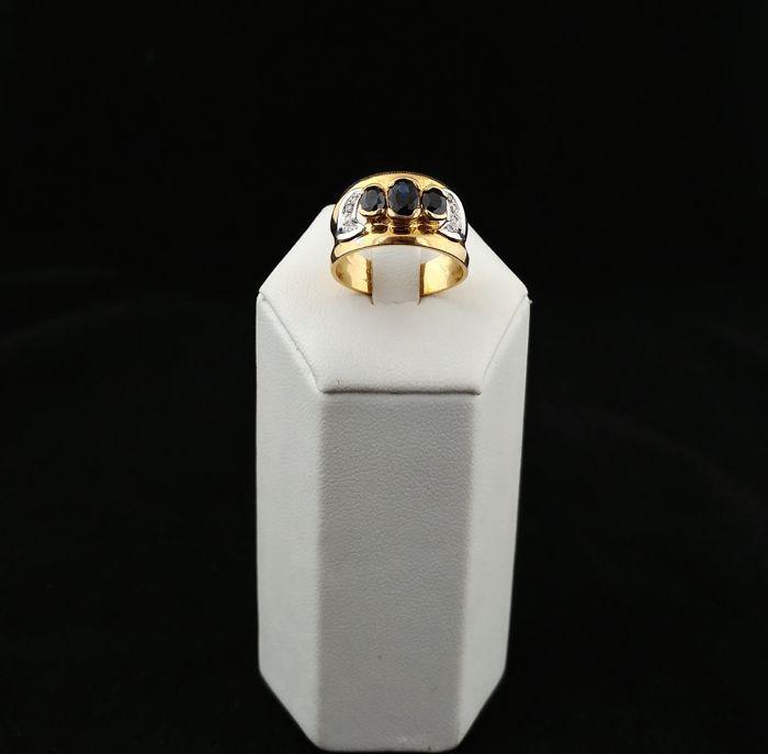 Vintage 18 kt gouden ring met band bestaande uit 3 saffieren en diamanten in 0.10 ct - Made in Italy - Diameter: 17 EU (Europese grootte-instelbare).  Vintage 18 kt gouden ring met band bestaande uit 3 saffieren en diamanten uit de jaren 1980/90s Italië.Collector's stuk handgemaakt in Italië hoge kwaliteit.Ca. 1 ct saffierenEnkel geslepen diamanten ca. 010 ct kleur G duidelijkheid VS-SIHet goud was zuur getest voor snelle analyse.Gekleurde edelstenen kunnen ondergaan behandeling ter…