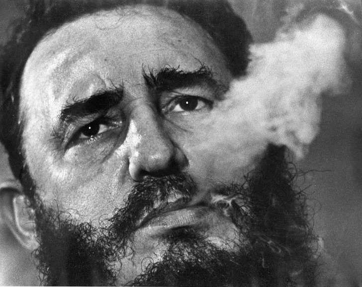AP Photo: ARCHIVO - En esta foto de archivo de marzo de 1985, el primer ministro cubano Fidel Castro fuma un puro durante una entrebista en el palacio presidencial en La Habana. El líder revolucionario cumple 90 años el sábado 13 de agosto de 2016. (AP Foto/ Charles Tasnadi, File)